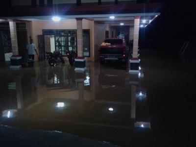 Rumah kapolsek Wawonii masih tergenang banjir hingga tadi malam. FOTO : ONNO