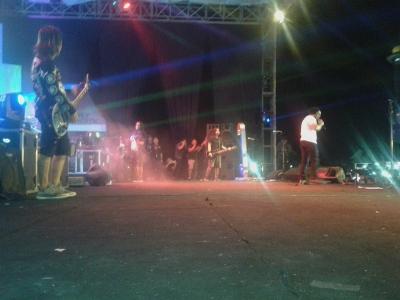 Penampilan Grouf Band Jamrud di Tuguh menara religi Persatuan MTQ Sultra di penutupan Halo Sultra tadi malam. FOTO : NADHIR