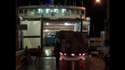 Kapal ferry di pelabuhan kolaka akan di tambah armadanya untuk mengantisipasi memblusaknya penumpang arus mudik lebaran. FOTO : ASDAR LANTORO