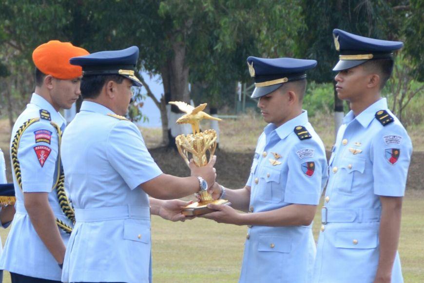Kepala Staf TNI Angkatan Udara, Marsekal TNI Hadi Tjahjanto saat memberikan penghargaan kepada dua penerbang Sekbang ke-91 FOTO : NADHIR ATTAMIMI