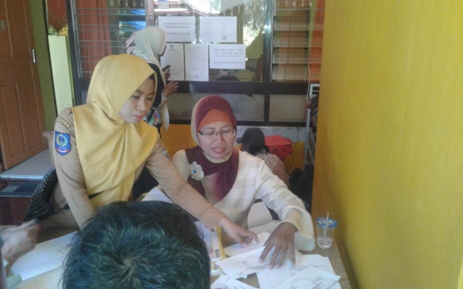 Panitia pendaftar calon Panwascam saat menerima berkas calon dari pendaftar di Sekretariat Kantor Panwas Kabupaten Bantaeng. FOTO : SYAMSUDDIN