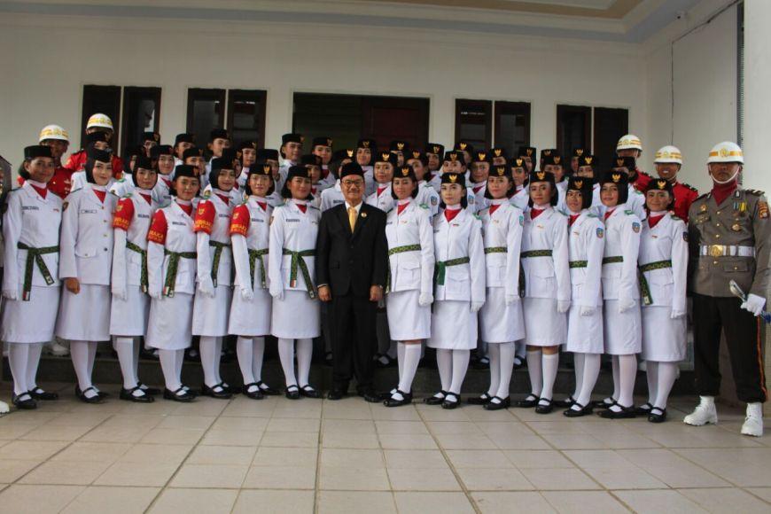 Surunuddin Dangga Saat Fhoto Bersama Dengan 75 Orang Anggota Paskibra. FOTO : MAHIDIN