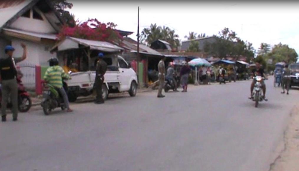 Penertiban pedagang yang menjual di sempadan jalan oleh anggota Satpol PP Kota Kendari di depan Pasar Anduonohu. FOTO : FEBRI