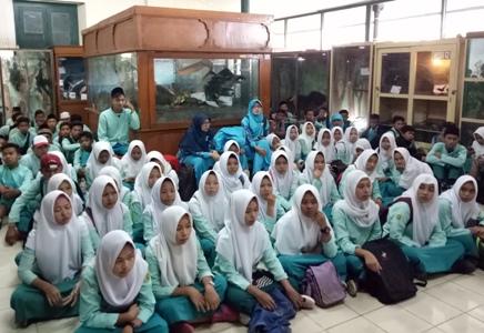 Pasca lulus ujian pelajar MTS Maarif Dlingo Bantul ini menyambangi Museum Bilogi. FOTO : NADHIR