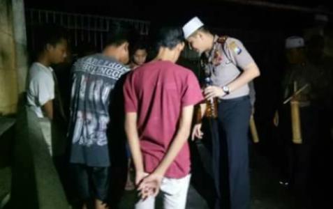 Kapolresta Probolinggo AKBP memergoki enam pemabuk di waktu sahur untuk kemudian diamankan. FOTO : ASL