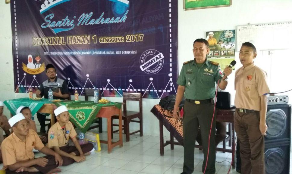 Kapten Arh Hindarto selaku komandan Rayon Militer (Koramil) Pajarakan Probolinggo saat memberikan pembekalan terkait wawasan kebangsaan kepada santri di ponpes Genggong Zaha. FOTO : ASL