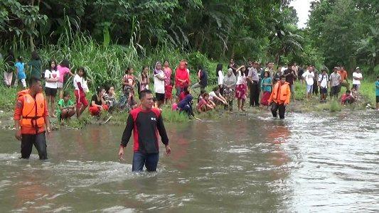 Tim basarnas, BPBD, TNI dan Polri bersama warga setempat melakukan pencarian terhadap dua bocah kembar yang terserat arus sungai lamekongga. FOTO : ASDAR LANTORO