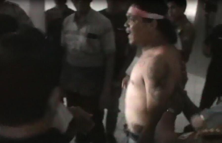 Seorang pengunjuk rasa di DPRD Sultra ini membuka baju dan mengamuk akibat tidak ditemui oleh anggota DPRD saat akan menyampaikan aspirasinya. FOTO : FEBRI