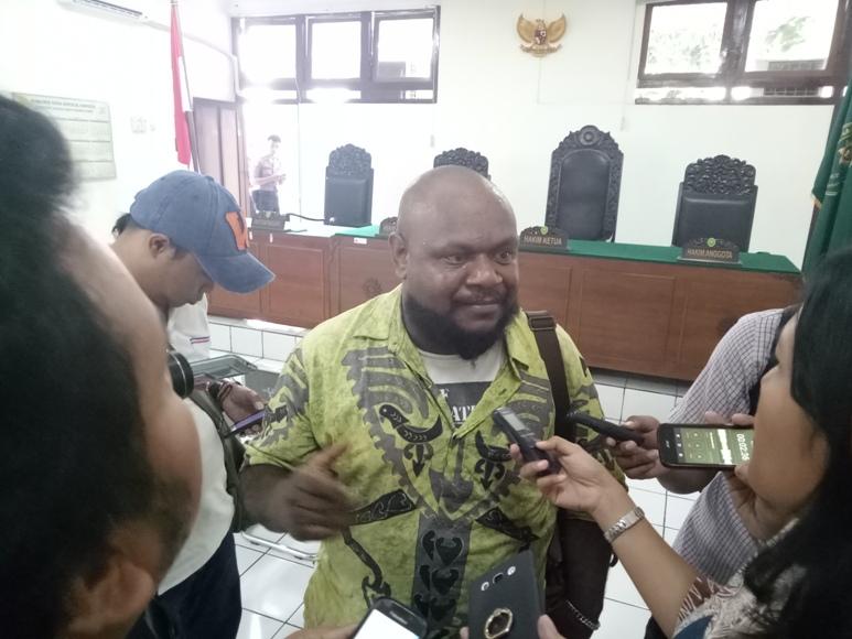 Gobay, selaku kuasa hukum dari LBH Yogyakarta memberikan keterangan pers atas vonis terhadap kliennya di PN Yogyakarta. FOTO : NADHIR ATTAMIMI
