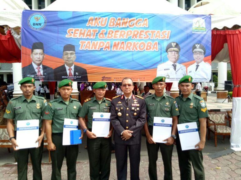 Personil TNI Kodim Aceh Timur mendapat menghargaan dari BBN Kota Langsa. FOTO : ROBY SINAGA