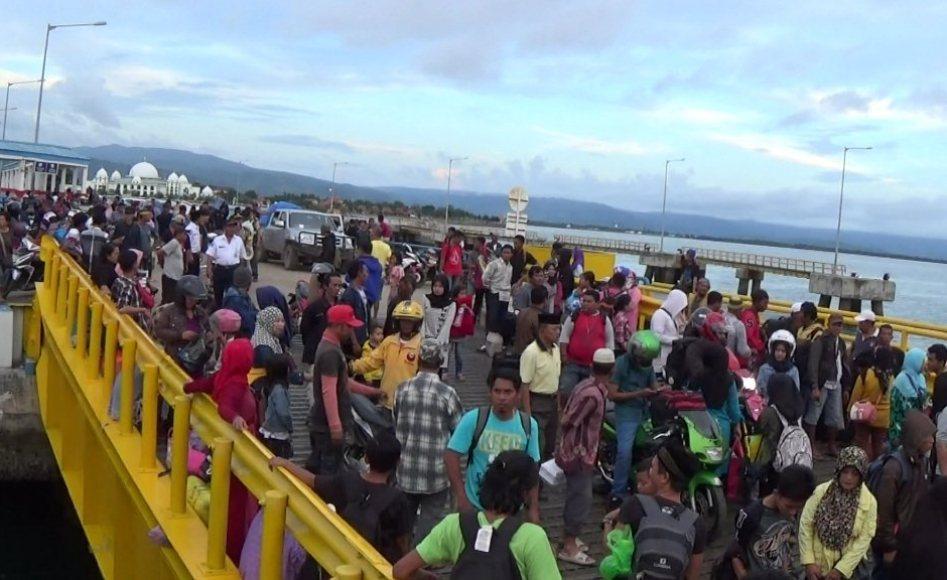 penumpang di pelabuhan ferry Kolaka-Bajoe mulai memblidak jelang lebaran. FOTO : ASADR LANTORO