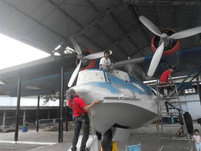 Yogyakarta melakukan pengecatan terhadap pesawat Amphibi PBY-505 Catalina. FOTO : NADHIR
