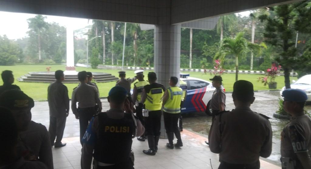Personil Polisi yang disiagakan di Gedung rektorat UHO jelang Pilrek sore ini. FOTO : BAIM