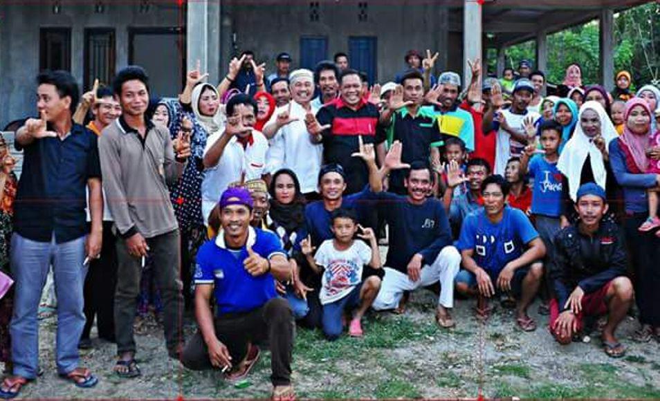 balon Gubernur Sultra Ir Hugua didampingi Balon Bupatri Konawe Litanto SH saat bersama dengan warga di Kecamatan Abuki. FOTO : IST