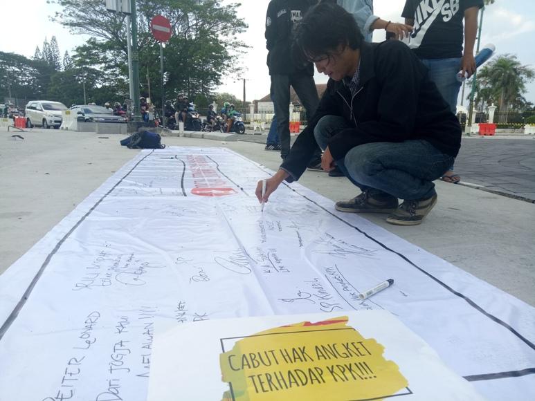 AMK Yogyakarta saat menggalang dukungan dengan mengumpulkan tandatangan menolak hak angket KPK oleh DPR. FOTO : NADHIR ATTAMIMI