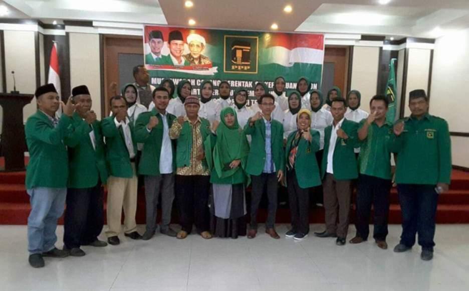 Ketua DPW PPP provinsi Sulawesi Tenggara (Sultra) Versi Djan Farids, Dahris Al Djuddawie, (tengah) diapik kader PPP perempuan FOTO : IST