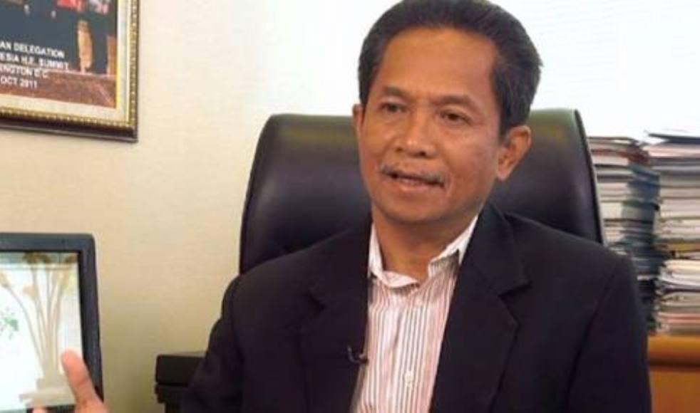 Pelaksana Tugas (Plt) Rektor, Universaitas Haluoleo Supriadi Rustad saat di wawancara sejumlah wartawan terkait pemberlakukan uang pangkal. FOTO : LM FAISAL