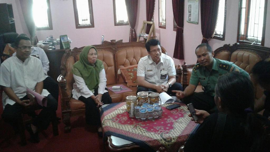 Kepala dinas Pertanian probolinggo bersama kepala Staf TNI Kodim Probolinggo saat memberikan keterangan pers. FOTO : ASL