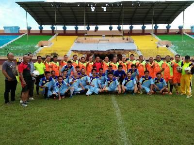 Foto bersama antara PS garuda versus PS Pers sebelum kick Off di Stadion Lababa Silondae, Andoolo. FOTO : HUMAS KONSEL