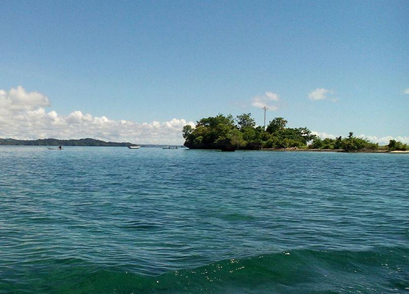 Pulau Munante yang ada di kabupaten Muna ini terancam tenggelam, jika terus dibiarkan pengerukan pasir oleh warga. FOTO : LA ODE AWLALUDDIN