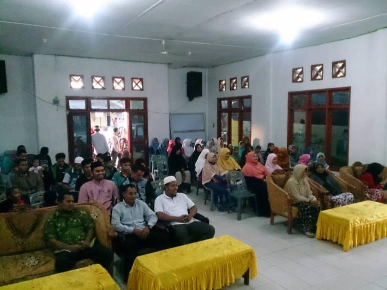 Warga Desa (Gampong) Bulusema Kecamatan Suro Kabupaten Aceh Singkil saat menggelar rapat terkait banyaknya temuan kepala Desa yang menyimpang. FOTO : MAN