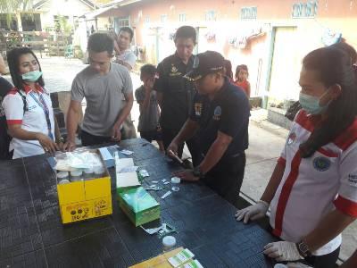 jajaran BNN dan dirnarkoba Sultra saat melakukan razia narkoba di sejumlah kos-kosan di kota Kendari. FOTO : ONNO