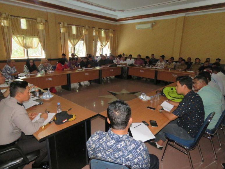 Rapat dengar Pendapat di DPRD Konsel antara petani rumput laut dengan PT Baula Petra Buana. FOTO : MAHIDIN