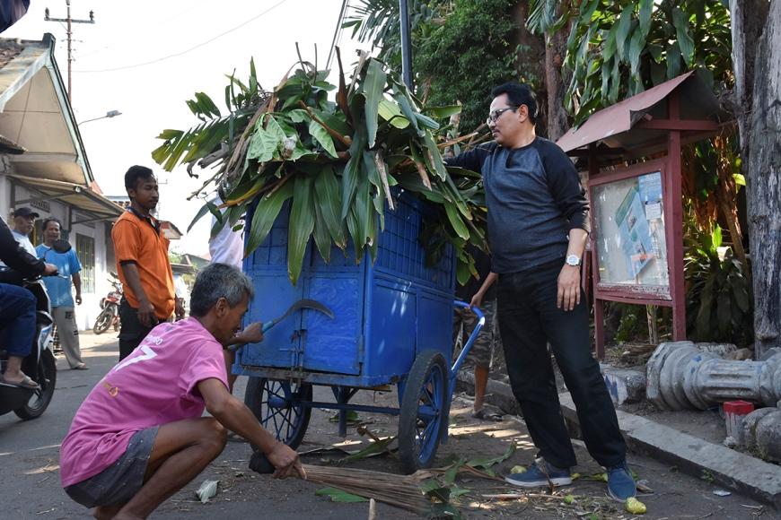 Wakil Walikota Yogyakarta, Heroe Poerwadi bersama masyarakat Kecamatan Ngampilan melakukan kegiatan bersih lingkungan bertagline 'Ayo Reresik Bebarengan. FOTO : NADHIR ATTAMIMI