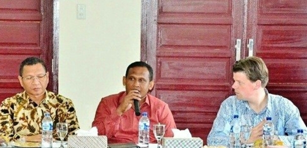 Bu[ati Aceh Timur H. Hasballah saat menerima investor asal Belanda terkait rencana berinvestasi di sektor perkebunan. FOTO : ROBY SINAGA