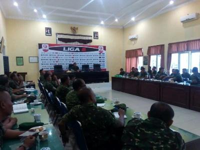Komandan Kodim 0104/Aceh Timur Letnan Kolonel (Letkol) Inf Amril Haris Isya Siregar, SE memimpin rapat kesiapan lomba Pembinaan Teritorial (Binter). FOTO : ROBY SINAGA