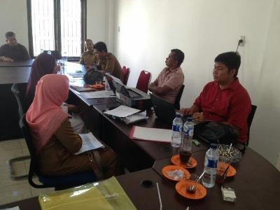 Dua Oknum Bendahara Puskesmas yang di tangkap Tim Saber Pungli saat dimintai keterangan dari penyidik Polres Aceh Timur. FOTO : ROBY SINAGA