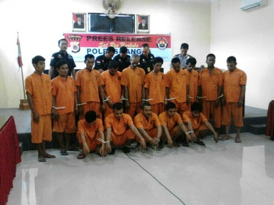 15 Tersangka pengedar dan pengguna Narkoba yang di amankan Polisi. FOTO : ROBY SINAGA