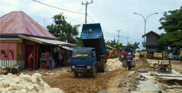 Jalan dan jembatan yang menjadi kewenangan Nasional di kerja secara swadaya oleh pemerintah kabupaten Muna. FOTO : ROS