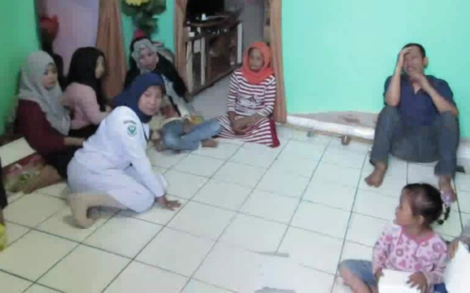 Keluarga Korban tenggelam di TPI Dawi-Dawi Kecamatan pomalaa masih berkabung di rumah duka. FOTO : ASDAR LANTORO