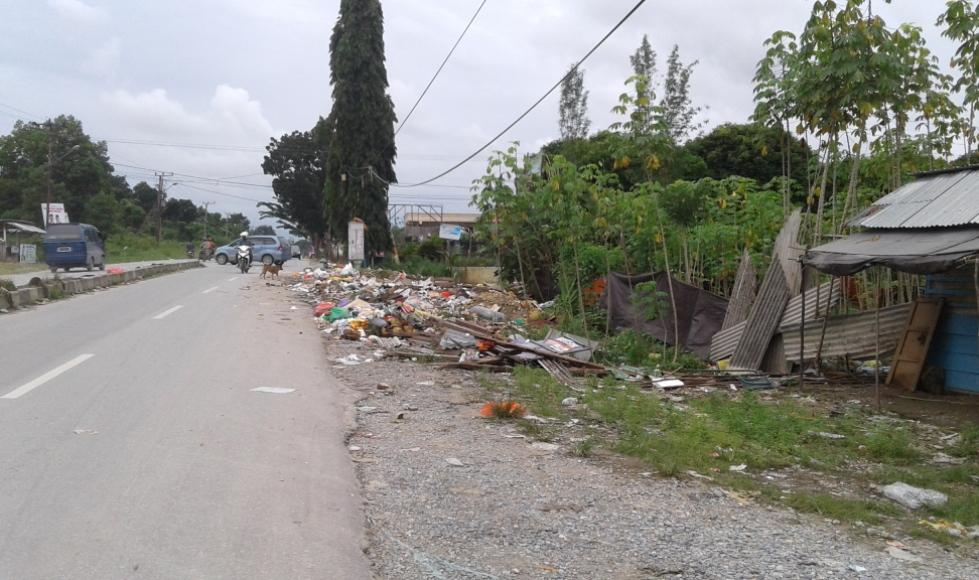 Sampah yang berserakan di pinggir jalan, di depan perumahan Kendari Permai.(22/6). FOTO : FA