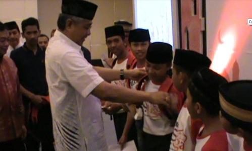 Gubernur Sultra H. Nur Alam saat memberikan santuanan kepada anak yatim piatu yang dlaksanakan PT telkomsel kendari. FOTO : FT