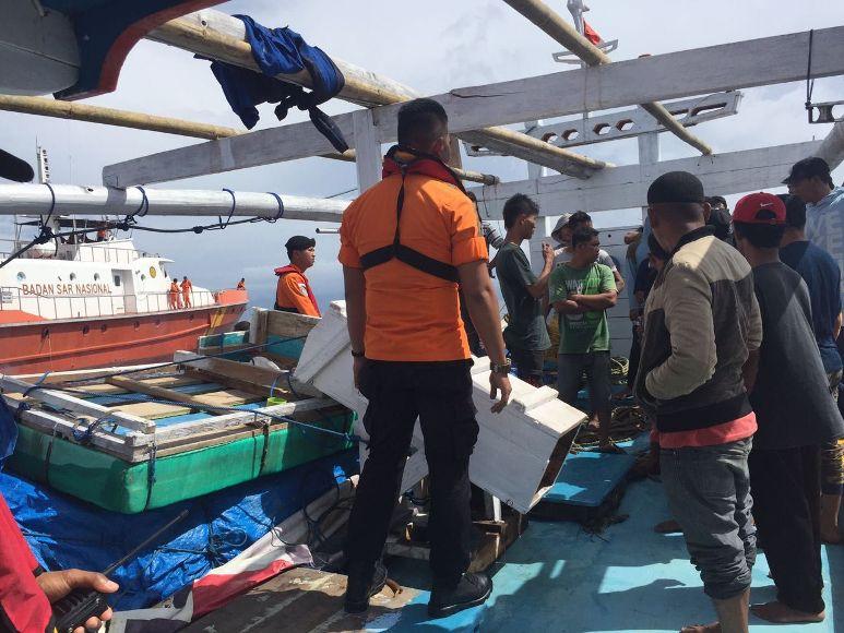 Kapal Motor Nelayan di temukan selamat oleh tim SAR kendari setelah terombang-ambing selama delapan jam di perairan laut Saponda. FOTO : ONNO
