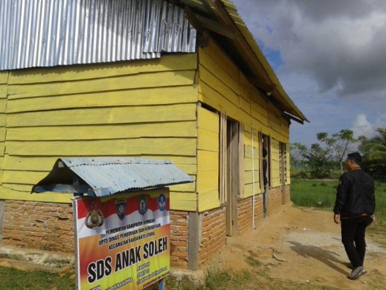 Bangunan sekolah dasar Swasta yang di dibangun oleh Brigadir Polisi Muh saleh di desa pelosok di Kabupaten Bombana. FOTO : ONNO