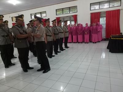 Kapolres Muna AKBP Agung Ramos Sinaga memberikan ucapan selamat kepada wakapolres Muna yang baru. FOTO : AWALUDDIN