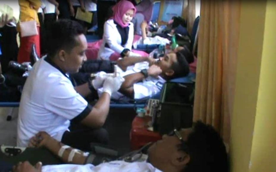 Donor darah yang dilakukan oleh jajaran Air Nav Indonesia cabang Kendari. FOTO : FEBRI