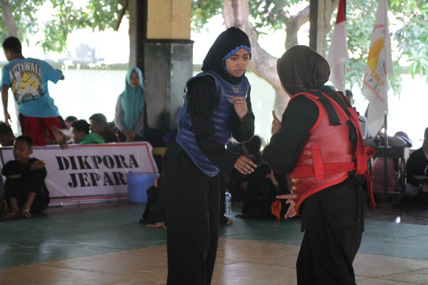Para pesilat dari kalangan pelajar saat bertanding di kejuaraan silat Bupati Jepara CUP ke V. FOTO : DSW