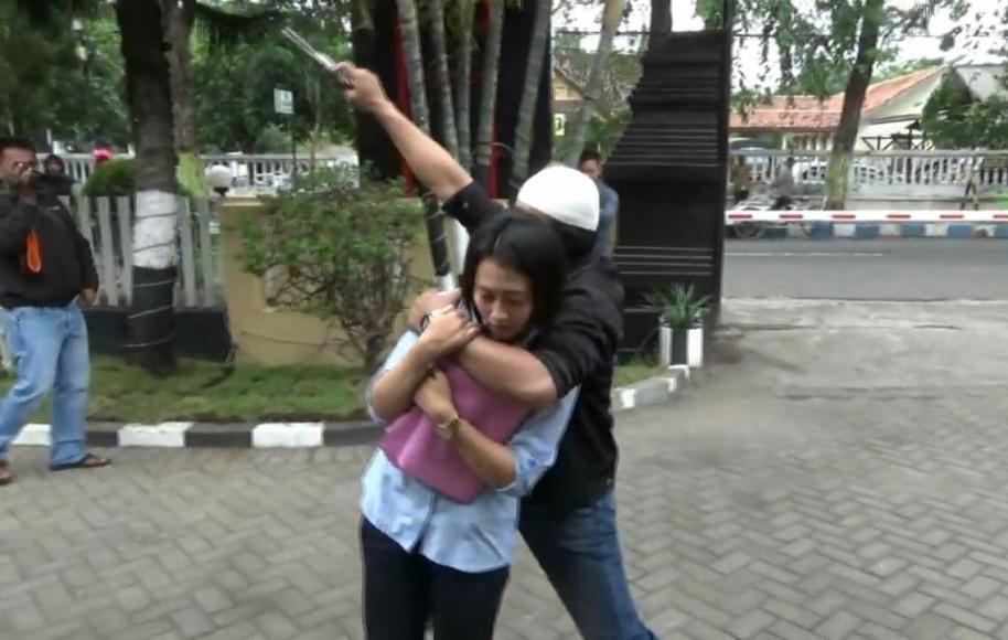 Penyusup yang masuk halaman Mapolres Probolinggo dan menyandera seorang perempuan. Adegan tersebut merupakan simulasi polres dalam rangka menghadapi teroris. FOTO ; ASL
