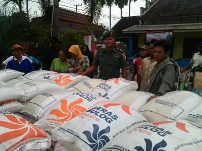 Anggota TNI Dampingi Pendistribusian beras Pra sejahtera (Rastra). FOTO : SIS
