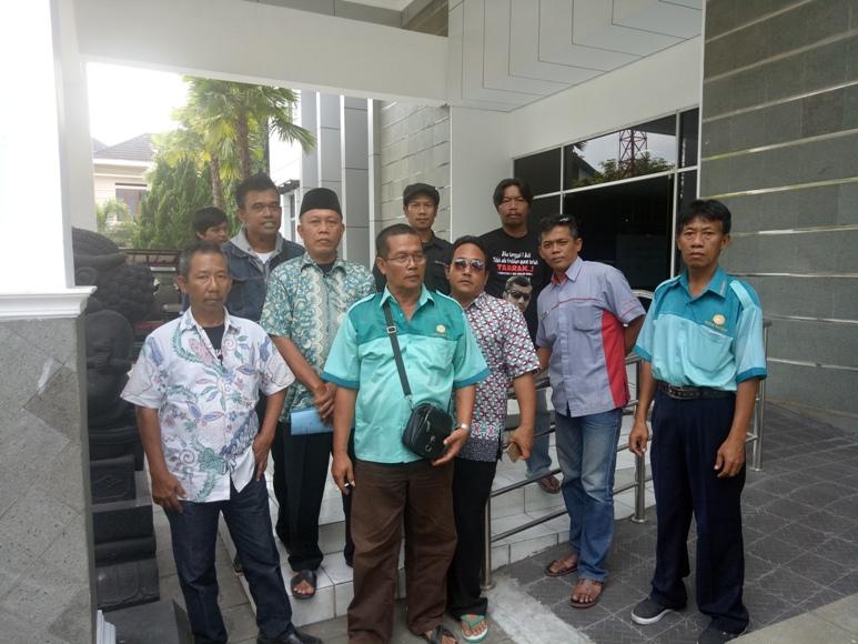 Komunitas Pengemudi Taksi Argometer Yogyakarta (Kopetayo) saat menyambangi Dinas Perhubungan (Dishub) DIY minta penilangan terhadap sopir online. FOTO : NADHIR ATTAMIMI