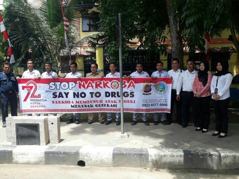 Sat Narkoba Polres Langsa foto bersama dengan siswa serta para guru usai melakukan sosialisasi penyelagunaan Narkoba. FOTO : ROBY SINAGA