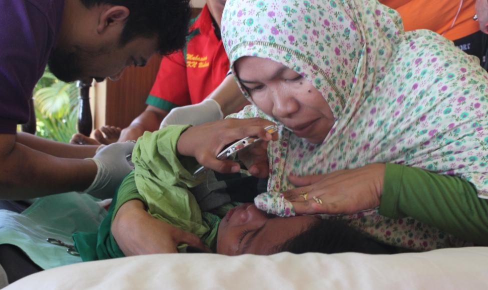 Salah satu anak yang di sunat oleh petugas RSUD Andi Makasau Parepare. FOTO : JERI