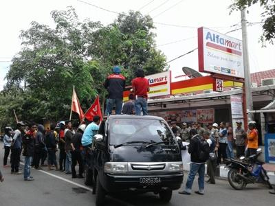 Aliansi masyarakat Bantaeng menggelar Unjukrasa di depan Alfa mart Banteng terkait tindak pemerasan terehadap karyawannya. FOTO : SYAMSUDDIN