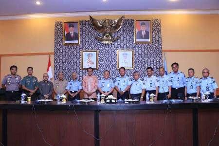 Tim Survei dari Kanwil kemenkumham Sulsel saat diterima bupati Bantaeng H.M Nurdin Abdullah di ruang pola kantor Bupati Banteng. FOTO : SYAMSUDDIN