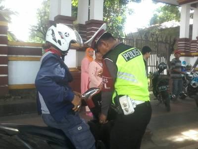 Anggota Satlantas PolrestaBantaeng saat memeriksa kelengkapan surat-surat kepada pengendara saat menggelar razia operasi patuh tahun 2017. FOTO : SYAMSUDDIN