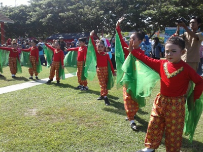 Tari Kreasi SD Impres ditampilkan saat pelaksanaan hari pendidikan Nasional di Bantaeng. FOTO : SYAMSUDDIN